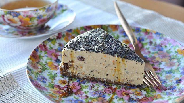 reteta-de-vedeta-olivia-steer-recomanda-un-desert-raw-cheesecake-cu-mac-si-stafide
