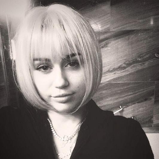 """Luna trecuta: """"Bored playing with wigzzz"""". Photo: Instagram @mileycyrus"""