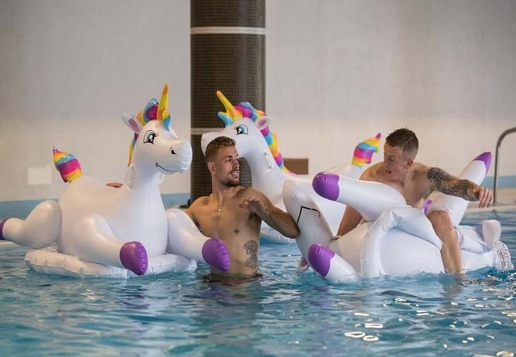 Englezii au călărit unicorni gonflabili după victoria cu Tunisia