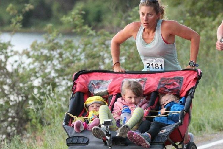 Maratonista și-a alergat cei trei copii și a depășit un record mondial