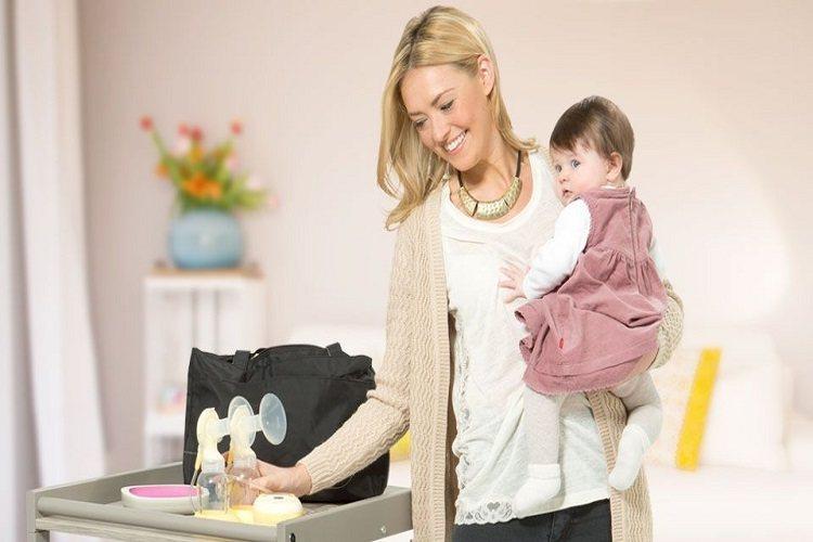 O treime din mamele care alăptează, nevoite să exprime laptele în toaletă, după revenirea la serviciu