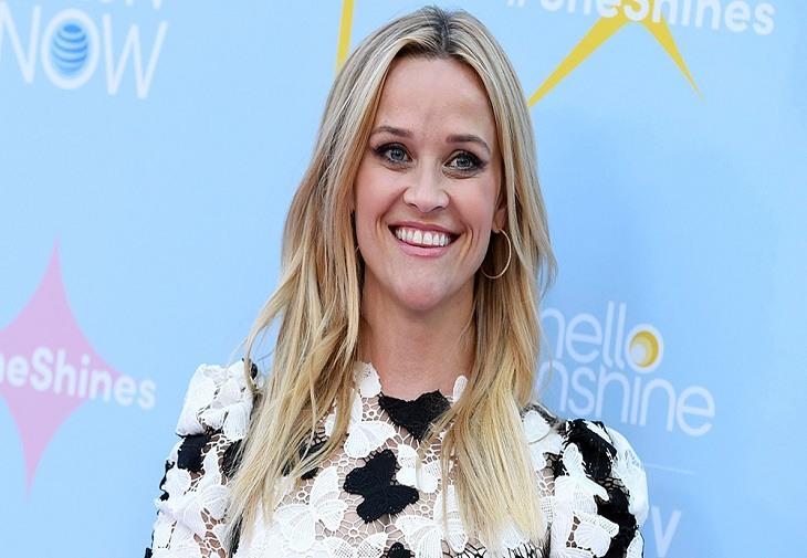 Reese Witherspoon spune că simte că și-a câștigat fiecare fir de păr alb și toate ridurile