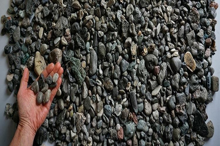 Există o nouă formă de poluare cu plastic care arată exact ca pietrele
