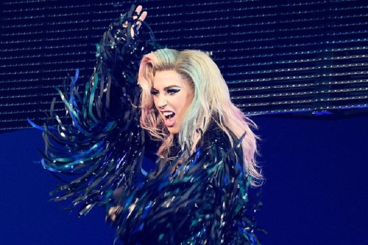 Lady Gaga a căzut de pe scenă în timp ce dansa cu un fan