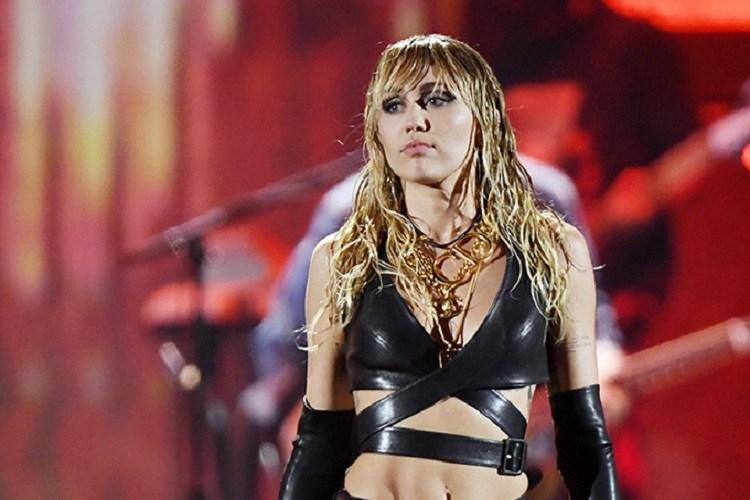 """Miley Cyrus spune că a trebuit să fie """"gay"""" pentru că """"bărbații sunt răi"""""""