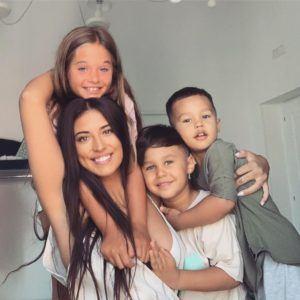 Antonia-și-copiii-ei-Maya-Dominic-și-Akim