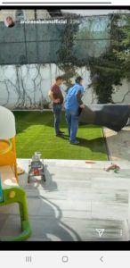 mesterii pun gazon in curtea andreei balan