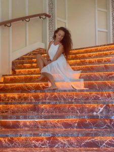pe treptele hotelului