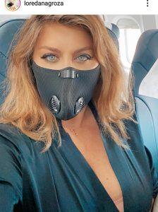 loredana cu masca in avion