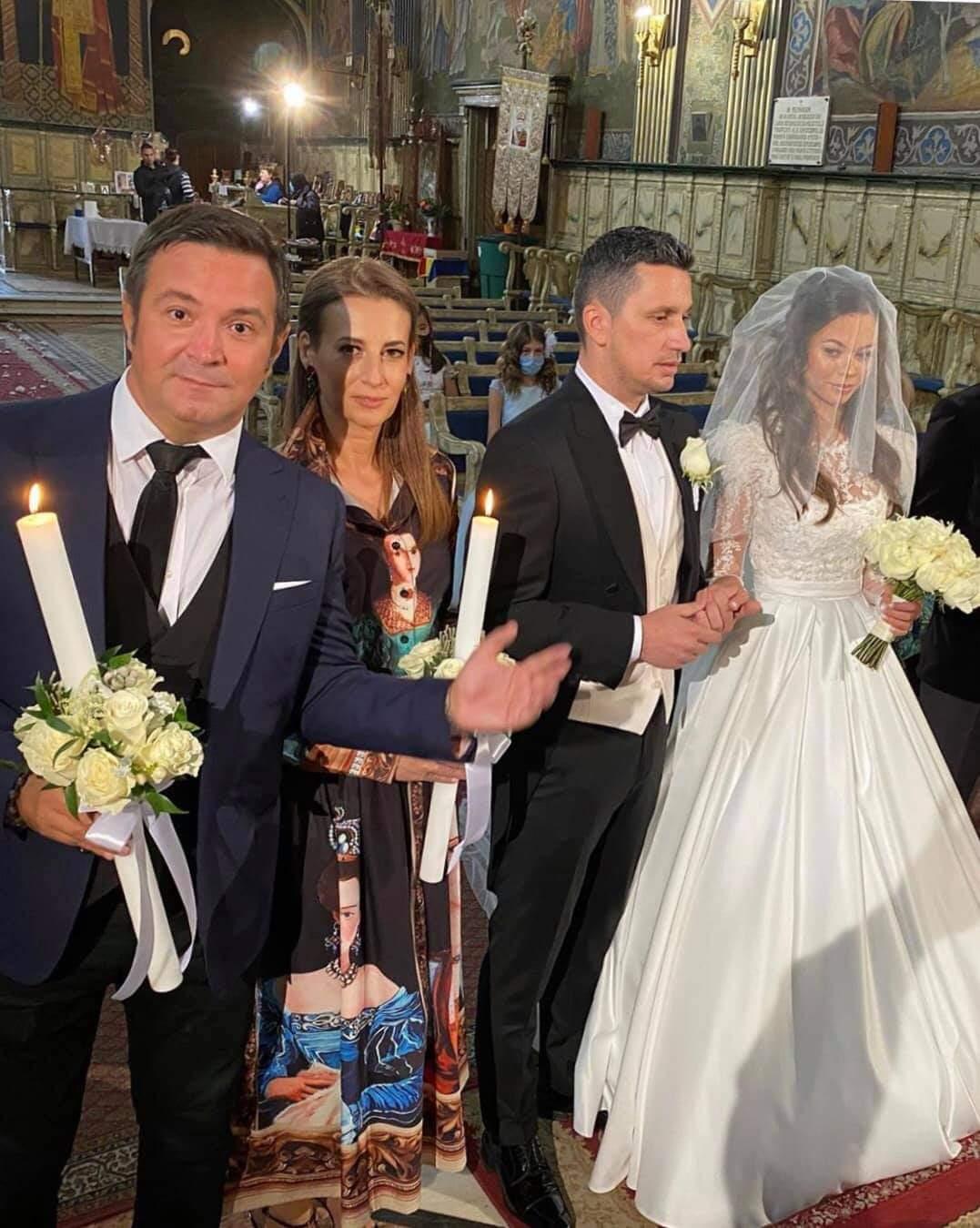 """O mulțime de evenimente weekendul trecut, iar printre cei care și-au unit destinele în față preotului a fost și Andrei Sebastian Filcea, cunoscut şi sub numele de Flick Domnul Rimă, care s-a căsătorit cu partenera lui de viaţă, Denisa Hodişan, nominalizată """"Miss Planet"""" în anul 2019. Flick a anunţat evenimentul pe reţelele de socializare, postând o fotografie de la nuntă, de plajă. Cei doi s-au căsătorit în urmă cu câte săptămâni pe insula Creta, Grecia, iar naşi le-au fost Daniel Buzdugan şi soţia lui. Iar weekendul acesta cei doi au făcut nuntă în biserică, la Oradea. Tânăra sexy a îmbrăcat o rochie de mireasă extrem de frumoasă și sexy, care i s-a potrivit de minune, mai ales că a devenit doamna Flicea. Nași au fost Daniel Buzdugan și soția sa și au avut foarte puțini invitați având în vedere noile restricții. Naşul a scris următorul text lîngă fotografiile cu mirii și nași: """"Oradea, un oraș̦ al faptelor bune. Casă de piatră dragii noștri! La mulți ani, Oradea, azi de ziua ta!"""". Iar Flick a scris pe pagina sa de socializare următoarele versuri: """"Și ți-am promis la marea albastră/ Că o să fiu al tău mereu./ Și am dus ieri povestea noastră/ Să ne-o sfințească Dumnezeu!/"""", versuri pentru nouă lui soție Denisa Hodișan."""