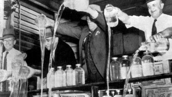 Mafia aux Etats unis : la police americaine confisquant et detruisant des stocks de Whiskey dans une distillerie d'alcool clandestine a l'epoque de la prohibition. Annees 1920 ©Farabola/Leemage